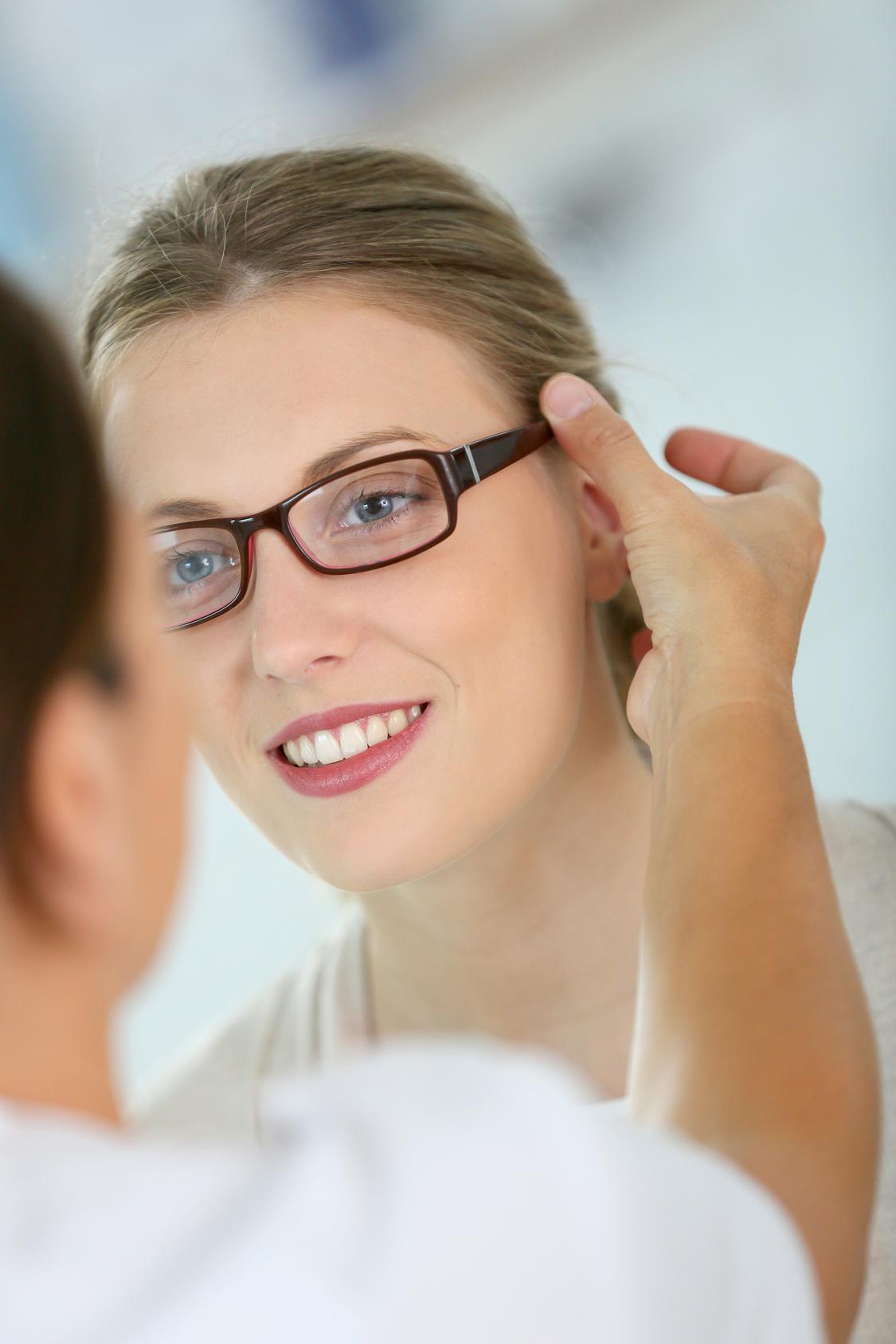 Femme essayant des lunettes