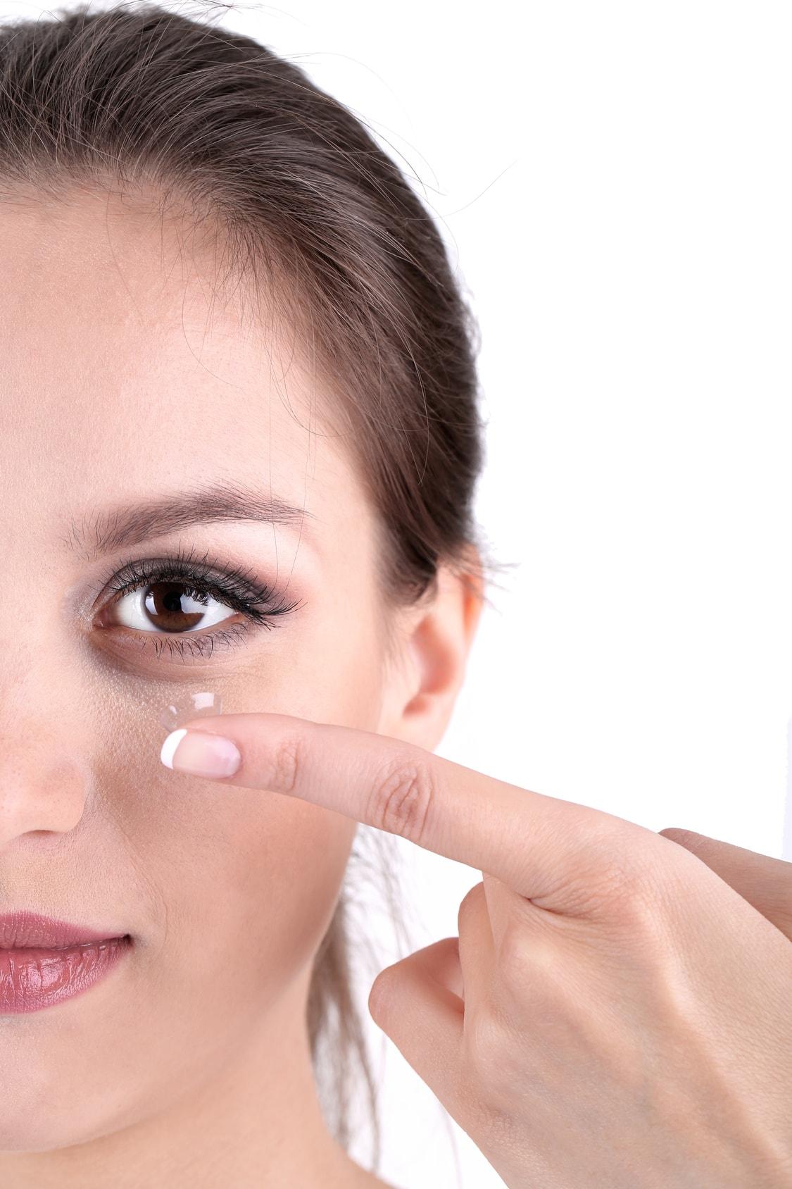 Jeune femme mettant des lentilles