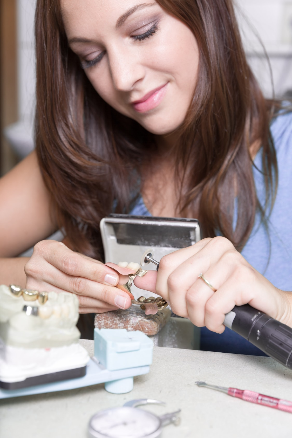 Travail sur prothèse dentaire